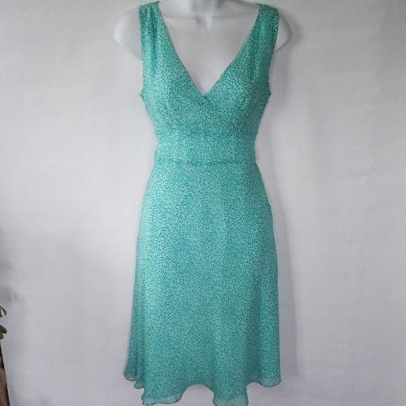 Ann Taylor Dresses & Skirts - EUC ANN TAYLOR SLEEVELESS VNECK DRESS